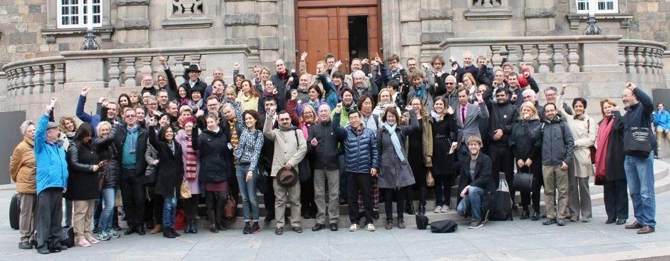 Учесници конференције испред данског парламента